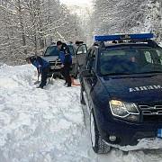 interventii ale jandarmilor pentru deblocarea a noua turisti care au ramas cu masinile in zapada in muntii bucegi
