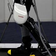 producatorii auto japonezi construiesc roboti pentru a ajuta varstnicii sa isi pastreze mobilitatea