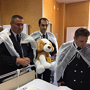 baietelul de doi ani din teleorman care a cazut intr-un put vizitat la spital de salvatorii sai