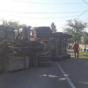 trafic blocat la manesti din cauza unui accident rutier tir rasturnat foto video