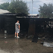 floresti patru garaje au ars cu masini inauntru foto - video