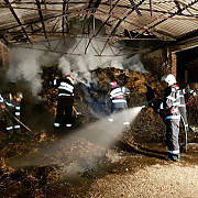 incendiu puternic la puchenii mari 1000 de baloti s-au facut scrum foto video