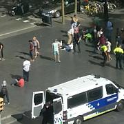 o persoana murit iar alte 32 au fost ranite dupa ce o furgoneta a intrat in multime la barcelona atacatorii s-ar fi baricadat intr-un restaurant politia spune ca a fost atac teroris