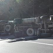 trafic blocat pe dn1a la cheia camion cu pietris rasturnat