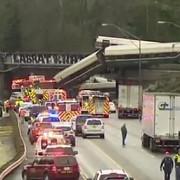 un tren amtrak a deraiat a cazut de pe un pod si s-a prabusit pe o autostrada din statul washington video