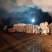 pericol de explozie in prahova incendiu la o locuinta din puchenii mari langa care era o magazie cu 100 tone azotat de amoniu video