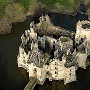 un castel in ruina din franta a fost cumparat de aproape 25000 de persoane din 115 tari