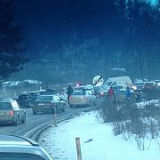 trafic ingreunat la timisu de jos din cauza unui accident rutier cu trei masini politistii au decis sa devieze traficul de la darste spre cheia