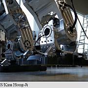 primii pasi ai unui robot urias in coreea de sud