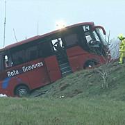 patru morti si 27 de raniti in franta dupa ce un autocar cu turisti a derapat din cauza poleiului