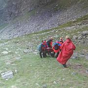 turist ranit dupa ce a alunecat pe o fasie de zapada in muntii fagaras
