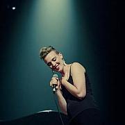 o cantareata franceza in varsta de 35 de ani a murit pe scena in timpul unui concert