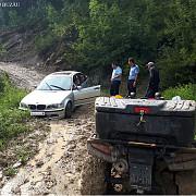 jandarmii au salvat o familie cu un copil de cinci luni care ramasese blocata cu masina in noroi in muntii buzaului