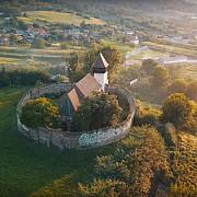 o biserica fortificata dintr-o zona de basm e scoasa la vanzare