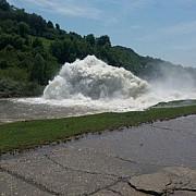 viitura in prahova conducta magistrala de la barajul maneciu s-a spart masina proiectata intr-un gard foto
