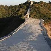 marele zid chinezesc este restaurat cu unelte vechi in stil primitiv
