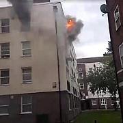 un ranit intr-un incendiu la un bloc cu trei etaje in estul londrei