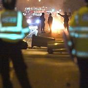 sase politisti au fost raniti in urma protestelor violente din estul londrei