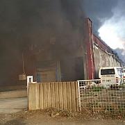 autoritatile iau in calcul evacuarea unor case aflate in imediata apropiere a locului unde se manifesta incendiul de la balotesti