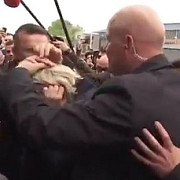 marine le pen atacata cu oua la un eveniment de campanie din dol-de-bretagne