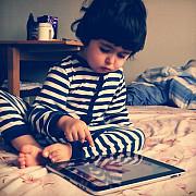 copiii care folosesc tabletele sau telefoanele incep sa vorbeasca mai tarziu