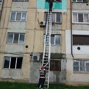 incendiu la floresti intr-un bloc de nefamilisti 30 de persoane evacuate