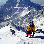 cat costa sa escaladezi everestul si cat castiga guvernul nepalez din expeditii