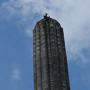 azuga un barbat a amenintat ca se arunca de pe un turn inalt de 40 de metri video foto