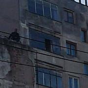 un barbat a amenintat ca se arunca de pe blocul 7 etaje a coborat dupa aproximativ sase ore