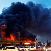 incendiu puternic la un centru comercial din sud-vestul moscovei 3000 de persoane au fost evacuate