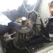 inedit pompierii ploiesteni au salvat un caine cazut intr-un canal tehnologic foto si video