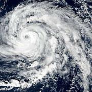 uraganul ophelia a ajuns in irlanda o femeie a murit dupa ce un copac a cazut peste masina ei