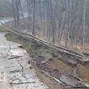 drumul dintre voila si sotriile blocat complet de o alunecare de teren foto