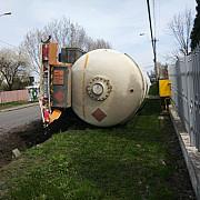 pericol in cartierul mihai bravu din ploiesti cisterna cu gpl rasturnata foto