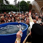 zi de mare sarbatoare pentru ortodocsi izvorul tamaduirii sarbatoare inchinata maicii domnului si sfintirii apelor