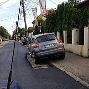 asfaltare deploiesti au ocolit masina de teama sa nu o strice foto