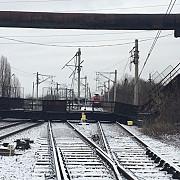 pasarela metalica prabusita peste calea ferata la gara de vest ploiestitrafic feroviar blocat foto