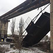 dosar penal in cazul pasarelei prabusite peste calea ferata traficul feroviar a fost partial reluat