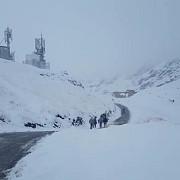turisti salvati de jandarmi din muntii bucegi dupa ce s-au ratacit si li s-au blocat masinile in zapada