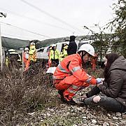cel putin doi morti si zeci de raniti in apropiere de milano in urma deraierii unui tren anuntul ministerului roman de externe