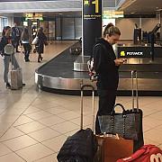 mii de like-uri pentru o imagine cu simona halep tanara modesta care isi asteapta bagajul