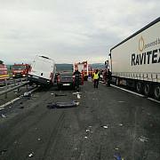 patru oameni au murit si trei au fost raniti in urma unui accident rutier dupa ce o masina a intrat pe contrasens pe autostrada a1 traficul rutier a fost reluat dupa aproape trei ore