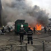 incendiu violent la un depozit de materiale plastice din pleasa