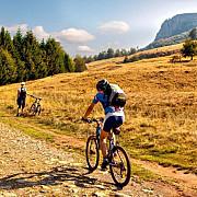 turisti cu bicicletele suprinsi de ploaie pe un traseu montan in zona secaria