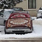 masina acoperita cu carpete metoda romaneasca impotriva gerului