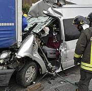 trei romani raniti dupa ce un microbuz a lovit un camion pe o autostrada din italia