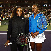 venus williams a invins-o pe serena williams la indian wells simona halep in tribune