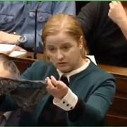 irlanda chiloti de dantela prezentanti in plenul parlamentului pentru a sublinia un caz de presupus viol care a revoltat opinia publica