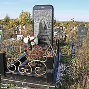 piatra funerara in forma deiphone intr-un cimitir