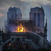 video notre dame arde in saptamana patimilor mesajul vaticanului ne rugam pentru pompieri si pentru toti cei care fac tot posibilul pentru a face fata acestei situatii dramatice
